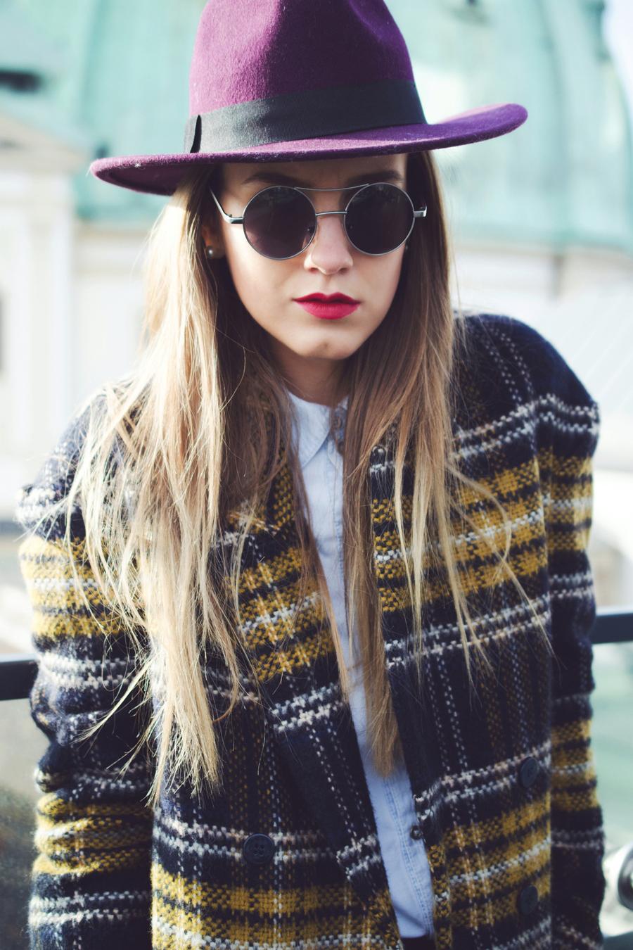 karrierter mantel runde sonnenbrille