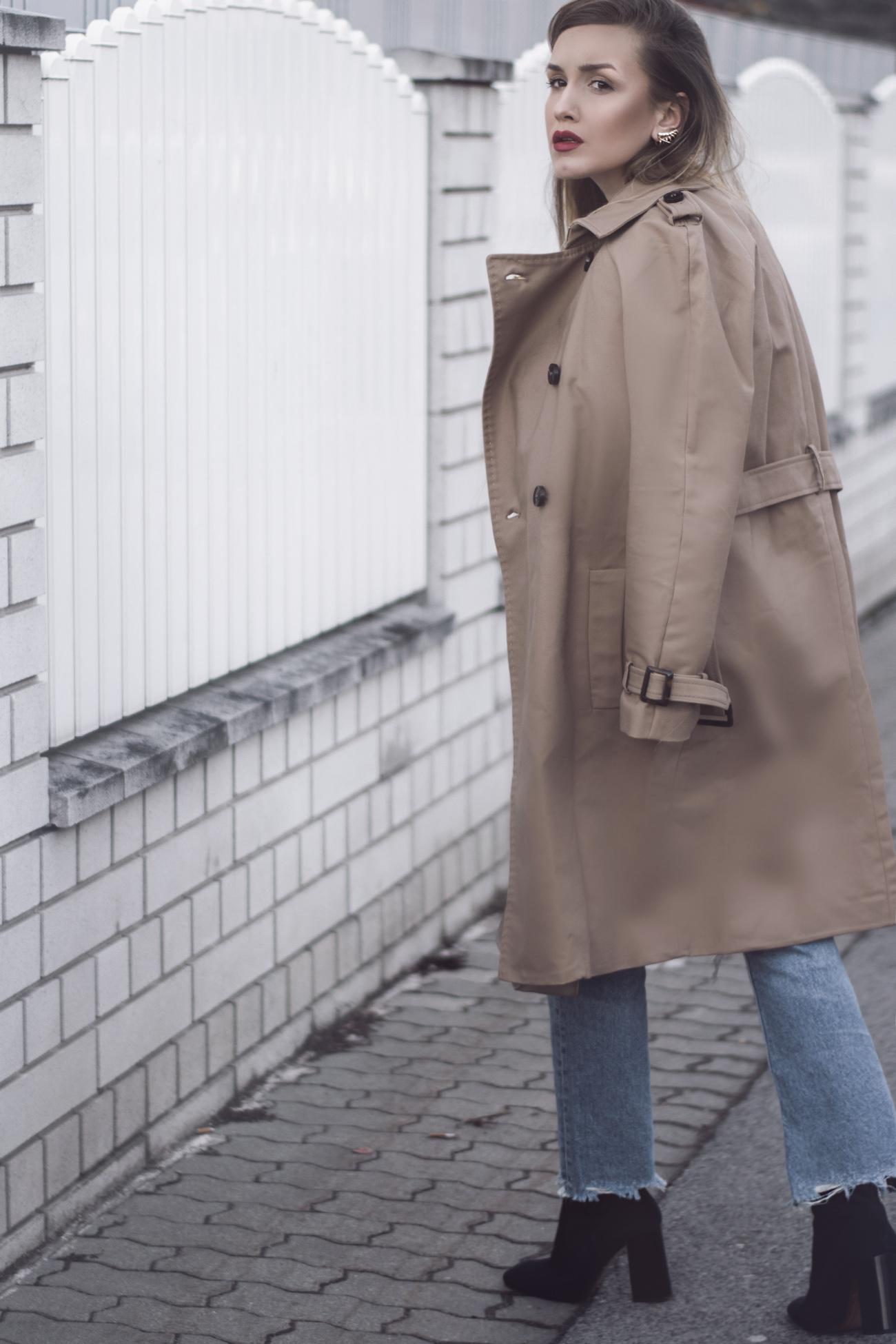 Outfit mit beige Trenchcoat, 7/8 Boyfriend Jeans und Wildlederstiefeletten Mango Kollektion 2016